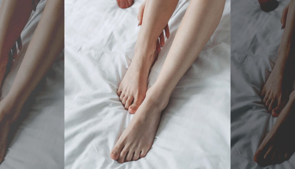 脚にオイルをつけてボディケア