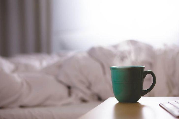 朝白湯を飲む