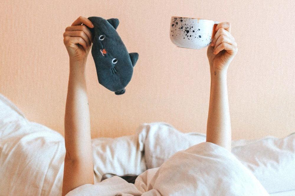 マグカップとアイマスク