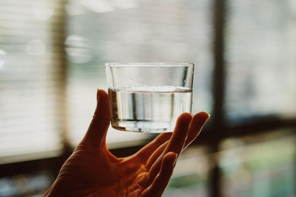 グラスにはいった白湯